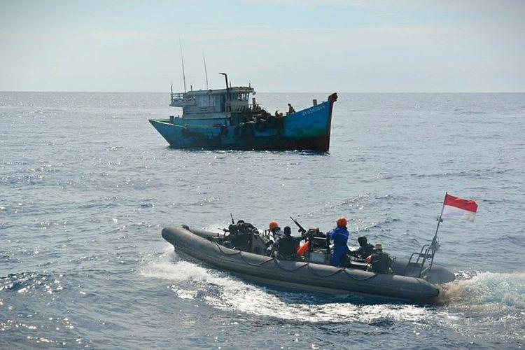 Ilustrasi: KRI Usman Harun-359 berhsil menangkap dua Kapal Ikan Asing (KIA) asal Vietnam saat melakukan pencurian ikan atau illegal fishing di Laut Natuna Utara, Kabupaten Natuna, Kepulauan Riau (Kepri), Sabtu (19/9/2020).
