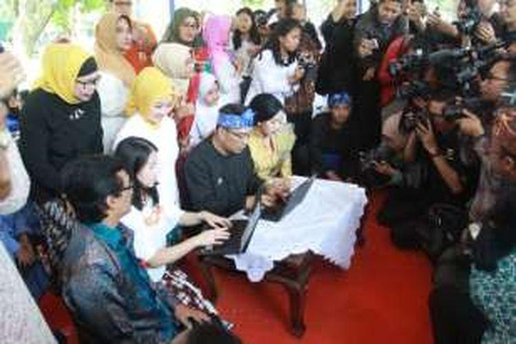 Wali Kota Bandung Ridwan Kamil saat menulis ulang paragraf terakhir buku Legenda Sangkuriang dalam kegiatan 'Tantangan Berbagi Buku Untuk Tuna Netra' di Balai Kota Bandung, Rabu (14/9/2016)