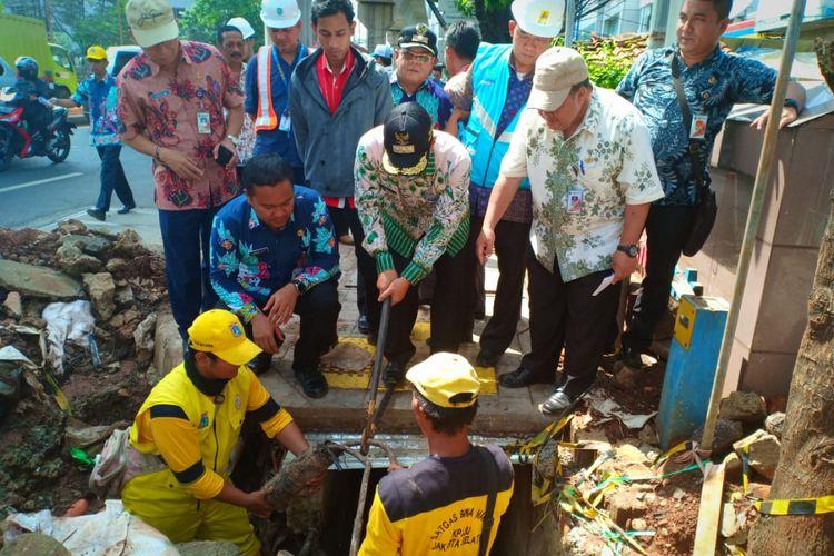 Wali Kota Jakarta Selatan Marullah Matali menggunting kabel di Jalan Fatmawati, Kamis (13/12/2018).