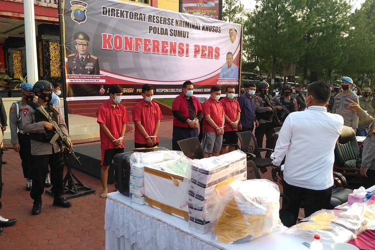 Lima orang ditetapkan sebagai tersangka kasus daur ulang alat kesehatan rapid test antigen di Bandara Kualanamu. Mereka adalah tersangka PC yang merupakan Bussines Manager PT Kimia Farma dan 4 pegawainya.