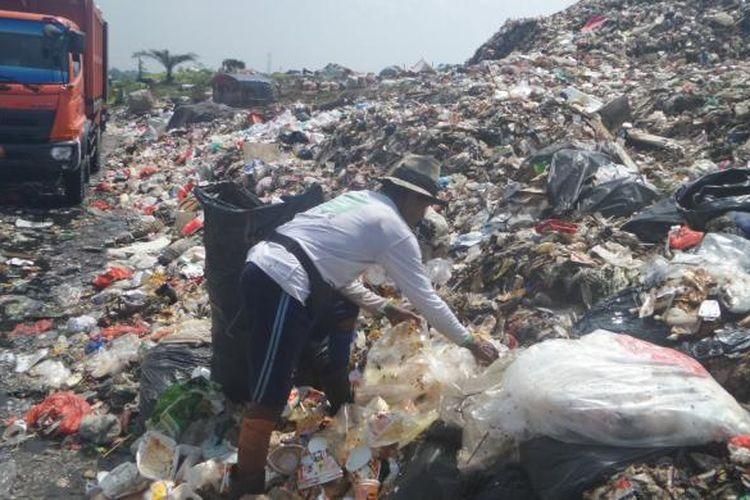 Ada ratusan pemulung yang setiap hari mengais sampah di TPST Bantargebang