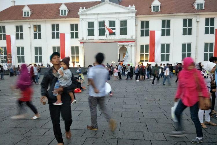 Warga berlarian meninggalakn pelataran Museum Fatahillah yang terletak di Jakarta Barat, sebagai salah satu lokasi nonton bareng (nobar) closing ceremony  Asian Games 2018, Minggu (2/9/2018).