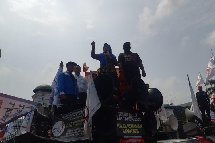 Anggota DPR RI Obon Tabroni di atas mobil Komando, depan Gesung DPR RI, Senayan, Jakarta Pusat, Senin (20/1/2020)