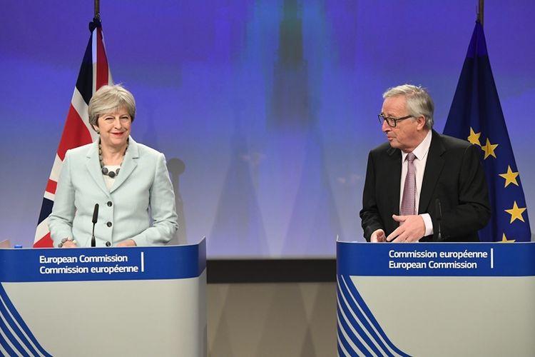 Perdana Menteri Inggris Theresa May (kiri) memberikan keterangan pers bersama Presiden Komisi Eropa Jean-Claude Juncker. Inggris dan Uni Eropa (UE) akhirnya menyepakati poin dalam fase pertama proses perceraian Inggris dari UE (Brexit). (8/12/2017)