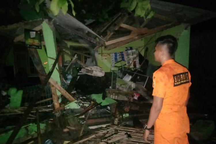 Tim basarnas Lampung hingga saat ini masih mengevakuasi korban yang tertimpa reruntuhan bangunan di Lampung Selatan, Sabtu (22/12/2018).