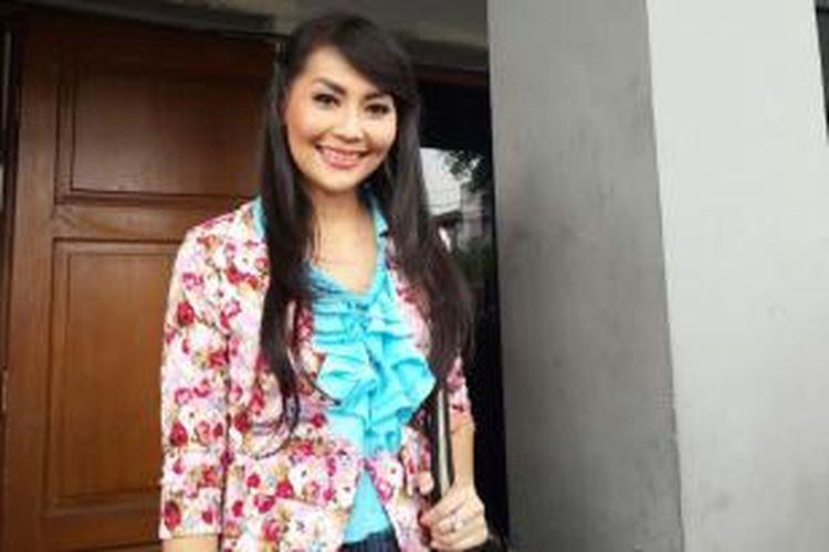 Tessa Kaunang seusai menjalani sidang kedua gugatan cerainya terhadap Sandy Tumiwa di Pengadilan Negeri Jakarta selatan, Senin (1/9/2014)
