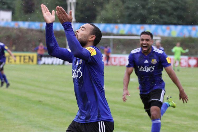 Pemain 1.FC Saarbruecken berselebrasi merayakan gol