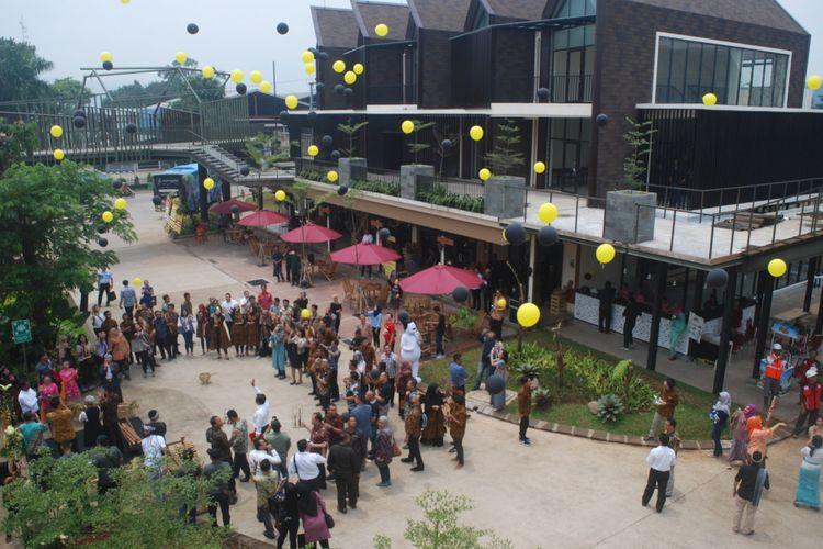 Pelepasan balon saat peresmian pusat kuliner khas nusantara Padi Emas di Royal Sentul Park, Selasa (6/3/2018).