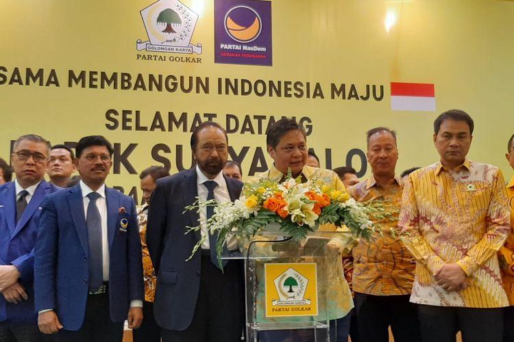 Ketum Golkar Airlangga Hartarto dan Ketum Nasdem Surya Paloh konferensi pers di kantor DPP Golkar, Slipi, Jakarta, Senin (9/3/2020).