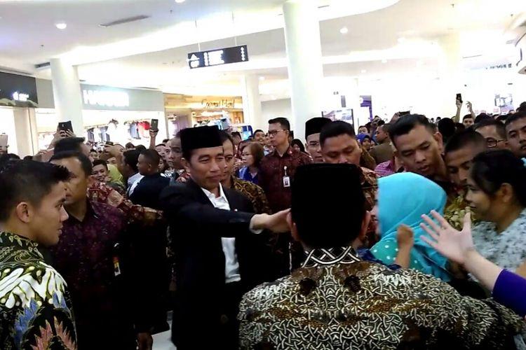 Presiden Joko Widodo menyapa pengunjung Lombok Epicentrum Mall, Kamis (19/10/2017) malam.