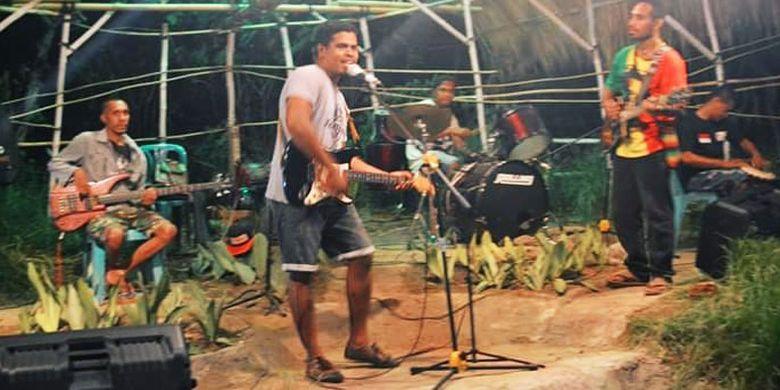 Live music di Roots Cafe, Desa Lasir, Kecamatan Kangae, Kabupaten Sikka, Flores, Nusa Tenggara Timur, Kamis (23/5/2019).