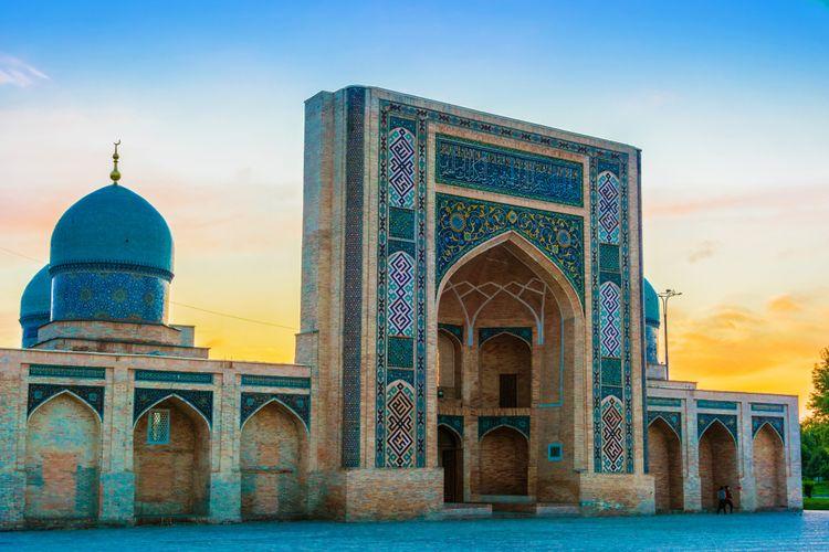 Ilustrasi tempat wisata populer di Uzbekistan.