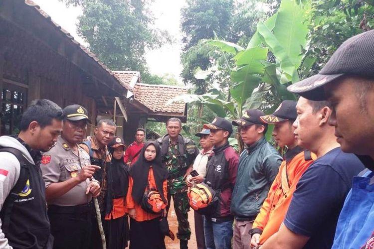 Personel polisi dibantu warga melakukan pencarian terhadap seorang remaja asal Kecamatan Campakamulya, Kabupaten Cianjur, Jawa Barat, yang hilang di hutan sejak Senin lalu.