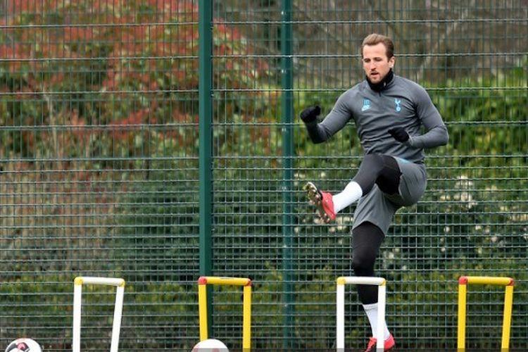 Harry Kane menjalani latihan di Enfield Training Centre, London Utara, menjelang laga RB Leipzig vs Tottenham Hotspur pada leg kedua babak 16 besar Liga Champions, Senin (9/3/2020).