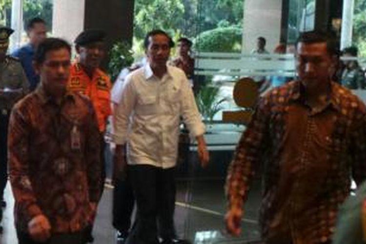 Presiden Joko Widodo tiba di Kantor Badan SAR Nasional untuk koordinasi terkait pencarian pesawat AIrAsia QZ8501, Senin (29/12/2014).