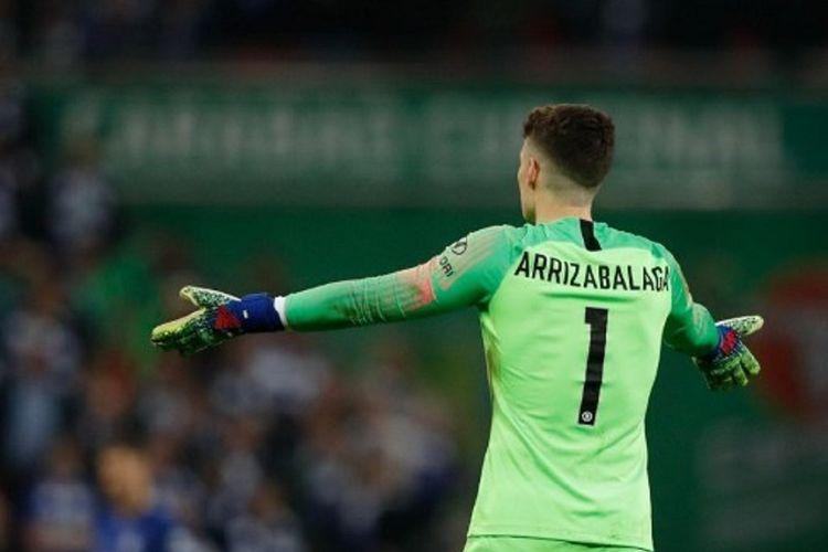 Kiper Chelsea, Kepa Arrizabalaga, menunjukkan gestur menolak ditarik keluar lapangan dalam laga melawan Manchester City di final Piala Liga Inggris, 24 Februari 2019.