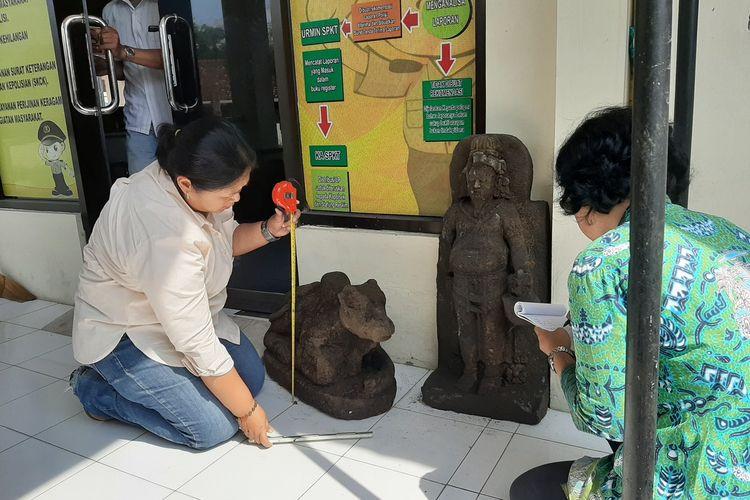 Petugas BPCB DIY saat mengukur arca Nandi di Mapolsek Ngemplak Sleman.