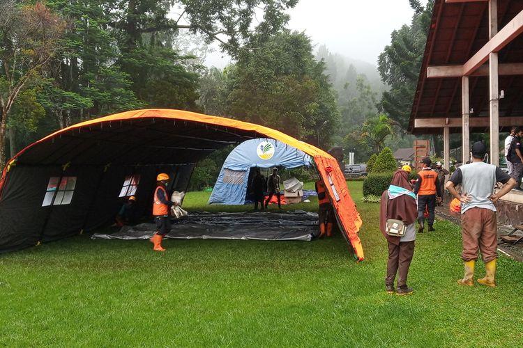 BPBD kabupaten Bogor mendirikan tenda darurat untuk korban Bencana banjir bandang di Puncak Bogor, Jawa Barat, Selasa (19/1/2021)