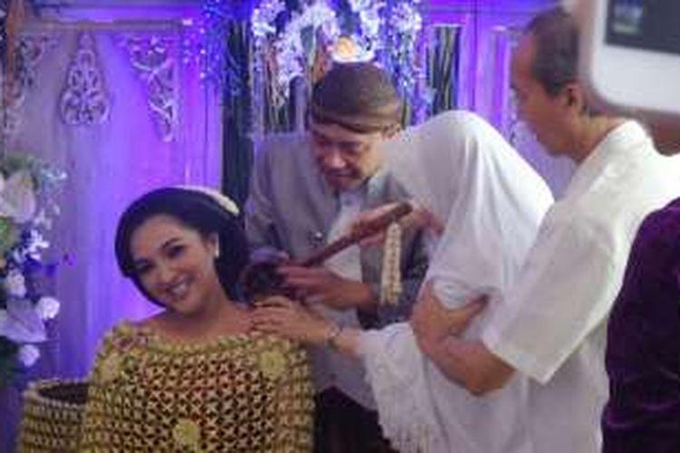 Anang Hermansyah dan Ashanty menggelar prosesi tujuh bulanan dengan adat mitoni di kediamannya, di Villa Cinere Mas, Cinere, Depok, Minggu (21/8/2016).