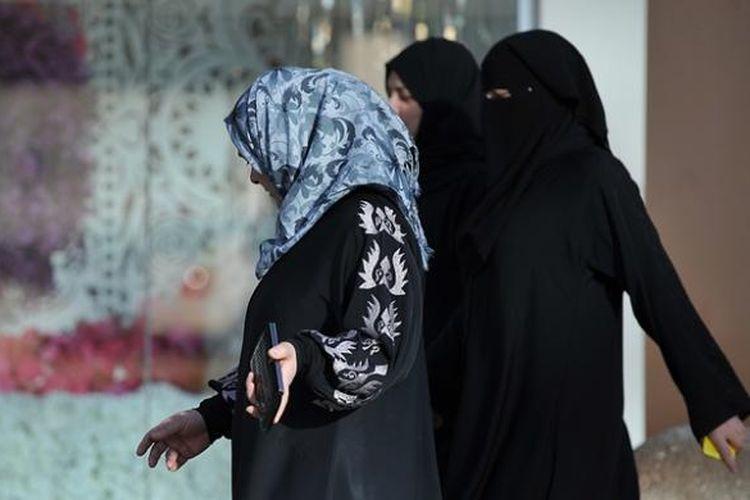 Beberapa perempuan Arab Saudi melihat-lihat sebuah toko bunga di ibu kota Riyadh.
