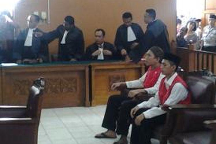 Zainal Abidin dan Syahrial, dua terdakwa dugaan kasus kejahatan seksual di JIS saat menjalani sidang perdana di PN Jakarta Selatan, Rabu (27/8/2014).