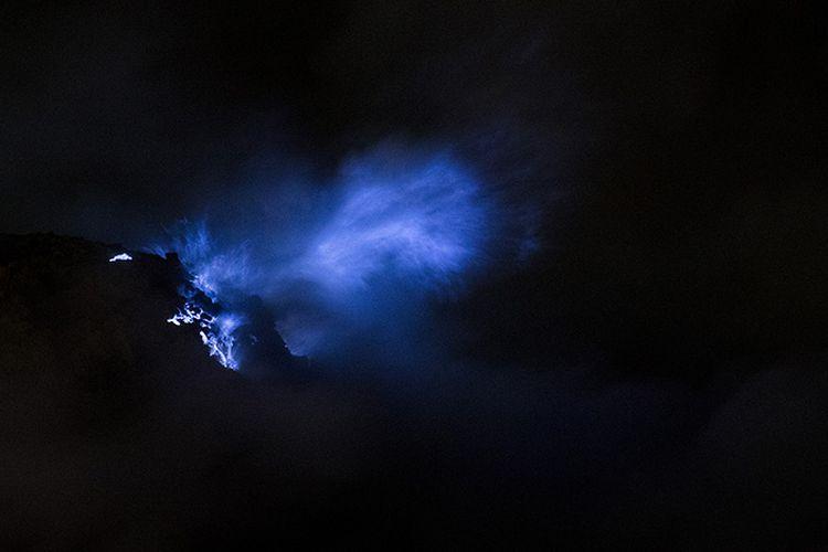 Api biru (Blue Fire) terlihat keluar dari kawah Ijen, Banyuwangi, Jawa Timur, Sabtu (23/6/2018). Kawah Ijen dengan kedalaman 200 meter menjadi salah satu dari dua lokasi di dunia yang memiliki fenomena api biru selain Islandia, membuat Ijen menjadi tujuan utama pendaki dari berbagai pelosok negeri hingga mancanegara.