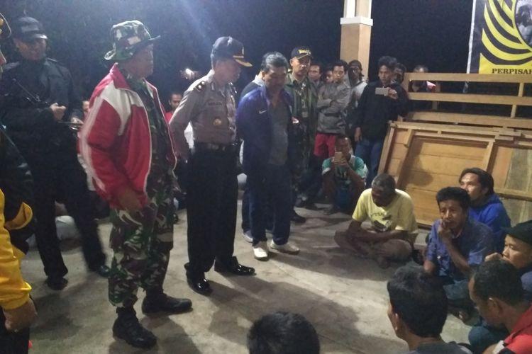 Petugas gabungan mengamankan sejumlah sopir yang nekat mengangkut pasir pada malam hari dari Kawasan rawan bencana gunung Agung