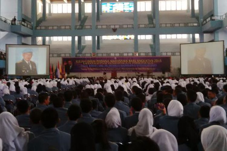 Ribuan mahasiswa baru, angkatan 2015, Universitas Pendidikan Indonesia (UPI) sedang mengikuti kuliah dariPresiden keenam Republik Indonesia, Susilo Bambang Yudhoyono (SBY) di Aula Gymnasium, Kampus UPI, Jalan Setiabudi, Bandung, Jawa Barat, Rabu (2/9/2015).