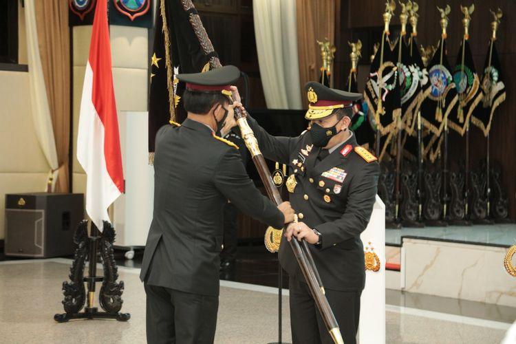 Jenderal (Pol) Idham Azis (kiri) dan Kapolri Jenderal (Pol) Listyo Sigit Prabowo (kanan) saat upacara serah terima jabatan (sertijab) di Mabes Polri, Jakarta Selatan, Rabu (27/1/2021).