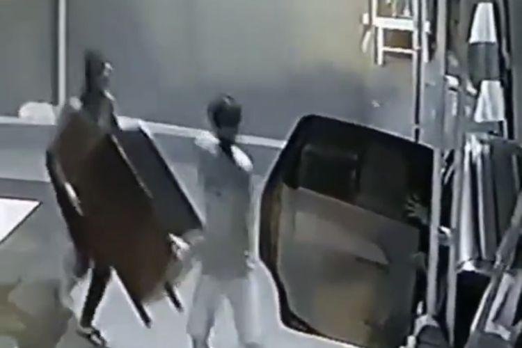 Polisi telah memeriksa Mudakir dan mengambil rekaman video CCTV yang berisi pencurian kotak amal.