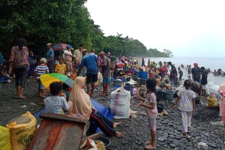 Ribuan warga mendatangi Pantai Pohon Batu di Desa Tamilow, Kecamatan Amahai, Maluku Tengah untuk.mendulangnemas, Minggu (28/3/2021)