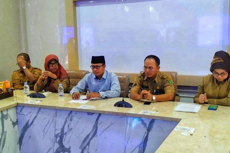 Wali Kota Sukabumi Achmad Fahmi (tengah) saat konferensi pers di RSUD R Syamsudin, Sukabumi, Jawa Barat, Senin (2/3/2020).