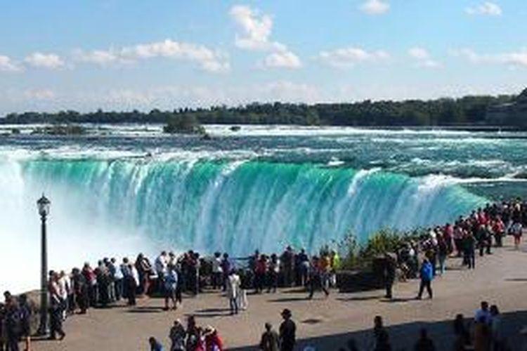 Air terjun Niagara yang berada di perbatasan negara Amerika Serikat dan Kanada hingga kini menjadi destinasi wisata yang menyedot wisatawan dunia. Tampak pemandangan derasnya air terjun Niagara dari sisi Kanada.