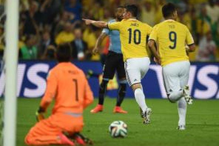 Gelandang Kolombia, James Rodriguez, merayakan golnya seusai membobol gawang Uruguay, Sabtu (28/6/2014).
