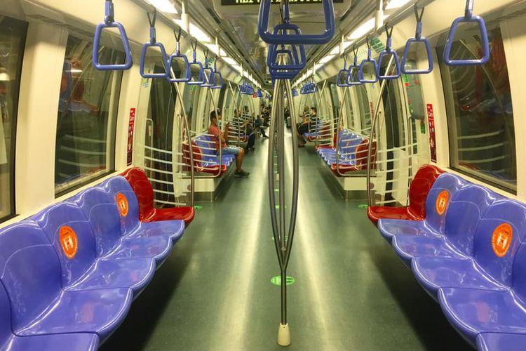 Mass Rapid Transit (MRT) Singapura jalur Utara-Selatan atau warna ungu terlihat kosong-melompong Sabtu malam (25/04/2020). MRT Singapura memang terlihat lebih lengang sejak pemerintah Singapura memberlakukan kebijakan circuit breaker atau lockdown parsial mulai Selasa (7/4/2020)