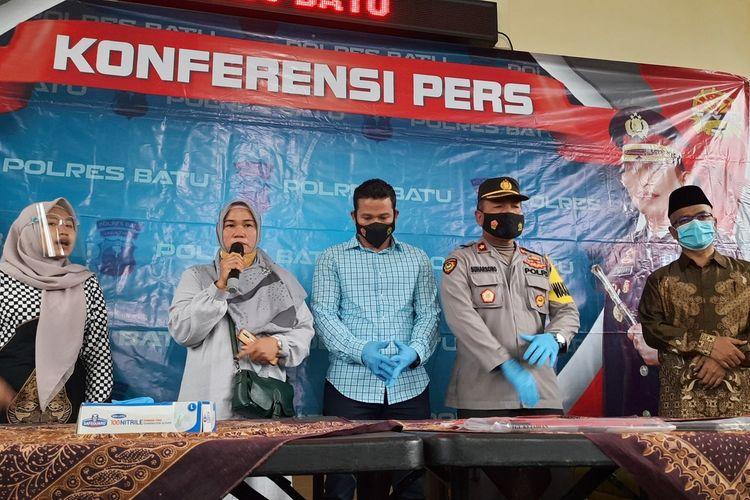 Kasatreskrim Polres Batu, Jeifson Sitorus bersama keluarga korban dan pihak UIN Malang saat memberikan keterangan kepada wartawan di Mapolres Batu, Sabtu (13/3/2021).