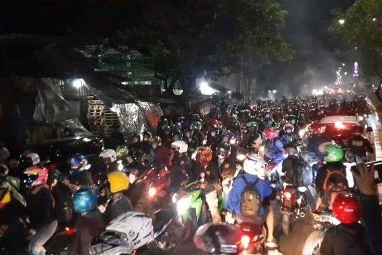 Ribuan pemudik yang mengendarai sepeda motor berhasil menjebol barikade penyekatan di Jalur Pantura Kedungwaringin, perbatasan Kabupaten Bekasi- Karawang, pada Minggu (9/05/2021) pukul 22.40 WIB