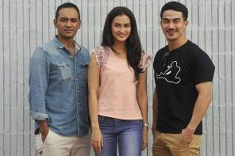 Ario Bayu, Atiqah Hasiholan, dan Joe Taslim (dari kiri ke kanan) berkunjung ke Kompas Gramedia di Palmerah, Jakarta, Rabu (10/7/2013).