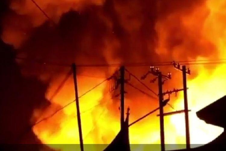 Pasar Lubuk Alung, Padang Pariaman, Sumatera Barat terbakar, Kamis (11/7/2019) malam. (Dok: Humas Polres Padang Pariaman)