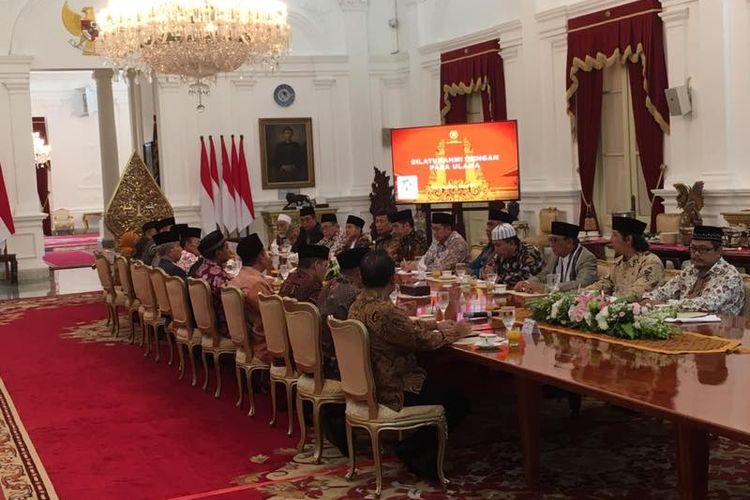 Suasana pertemuan Presiden Joko Widodo dengan para ulama di Istana Merdeka, Jakarta, Selasa (4/4/2017).