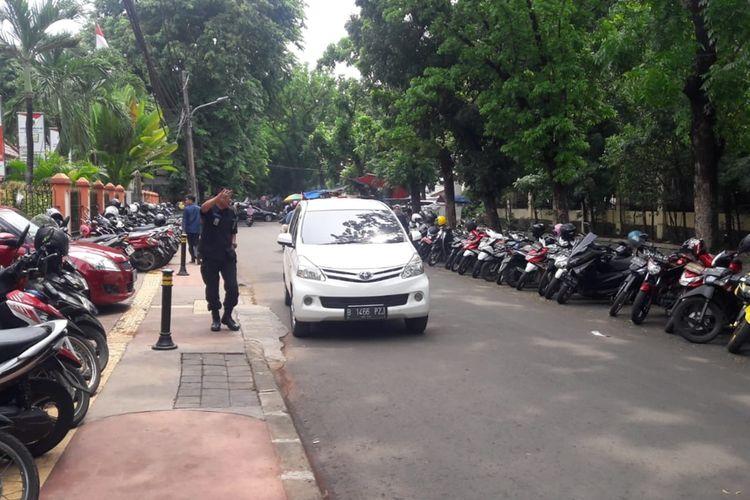 Parkir liar tampak ada di luar Kantor Wali Kota Jakarta Timur tiap Jumat pekan pertama, Jumat (6/12/2019).