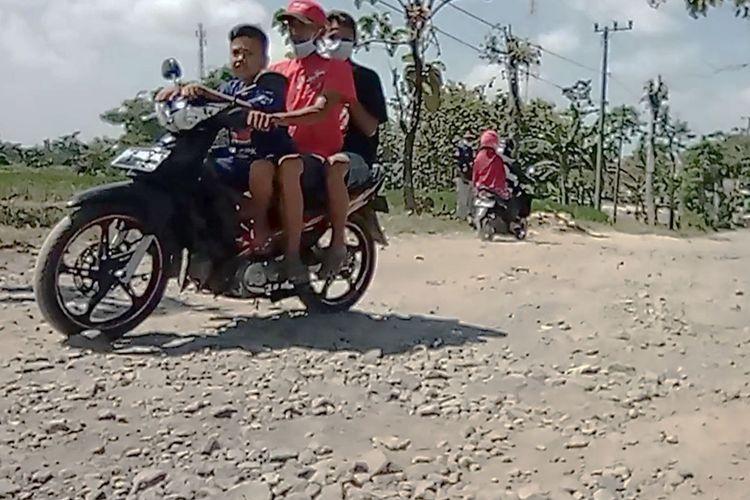 Puluhan tahun tidak diperbaiki pemerintah daerah, warga Desa Sidorejo Ngawi urunan material melakukan cor jalan desa yang rusak parah.