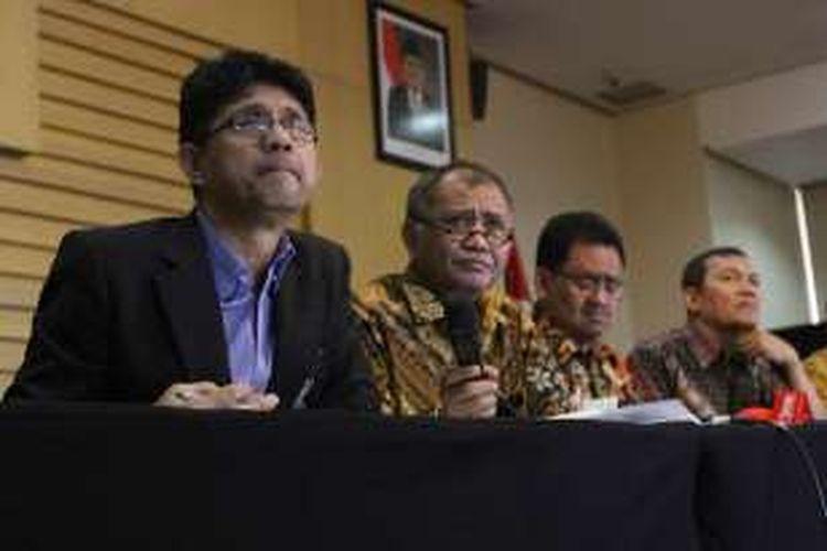 Ketua KPK Agus Rahardjo (dua kiri) didampingi Wakil Ketua Laode Syarif (kiri) dan Saut Situmorang (kanan) serta Jamintel Kejaksaan Agung Adi Toegarisman, memberikan keterangan pers mengenai operasi tangkap tangan (OTT) terkait dugaan suap Kejaksaan Tinggi DKI Jakarta di Gedung KPK, Jakarta, Jumat (1/4/2016).
