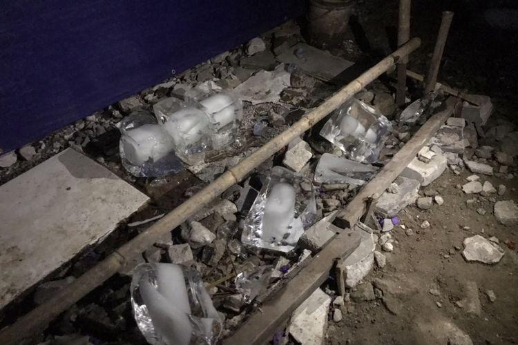 Potongan es balok di lokasi yang diduga tempat pengisian tabung gas Elpiji ilegal di sebuah bedeng dekat Jembatan Penyeberangan Orang (JPO) M. Saidi Raya, Petukangan Selatan, Pesanggrahan, Jakarta Selatan pada Kamis (9/9/2021) malam.