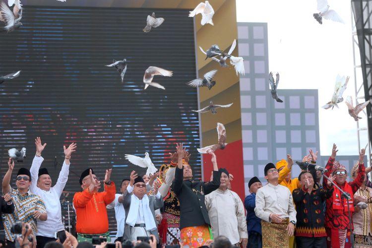 Dua pasangan Capres-Cawapres Joko Widodo-KH Maruf Amin, dan Prabowo Subianto-Sandiaga Uno bersama pimpinan parpol dan caleg serta Ketua Komisi Pemilihan Umum, Arief Budiman dan Ketua Bawaslu RI, Abhan melepaskan burung dara saat Deklarasi Kampanye Damai Pemilu Serentak 2019 di Lapangan Monumen Nasional, Jakarta, Minggu (23/9/2018). Dalam acara yang juga dihadiri perwakilan partai politik, dan sejumlah caleg tersebut mendeklarasikan kampanye anti politisasi sara, anti politik uang, dan anti hoax.  KOMPAS/WISNU WIDIANTORO (NUT) 23-09-2018
