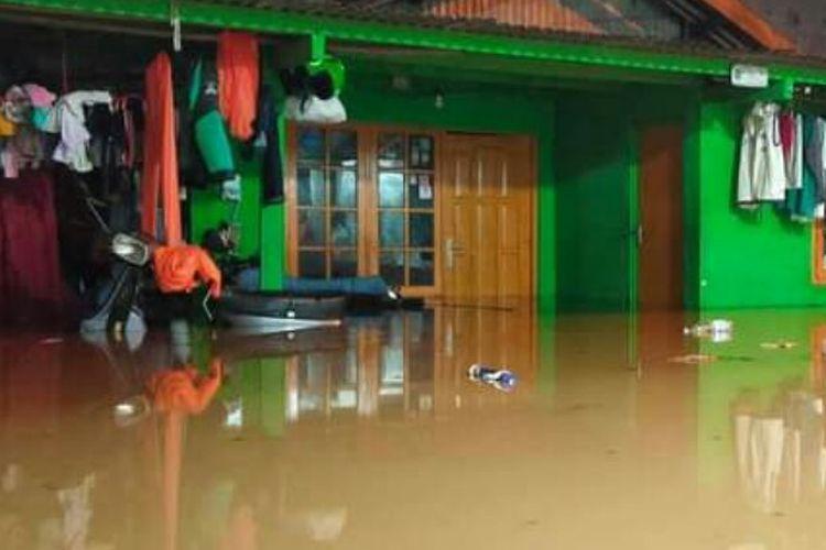 Banjir dengan ketinggian 40 sampai 60 sentimeter terjadi di perkampungan Hongkongbeng Jalan Kemang X, Kelurahan Bangka, Kecamatan Mampang Prapatan, Jakarta Selatan, Senin (5/10/2020).