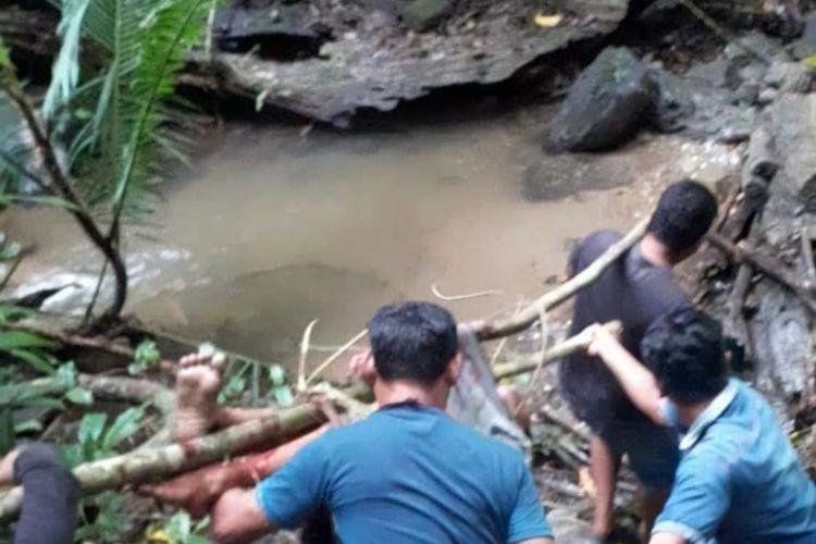 Warga mengevakuasi jasad Alfian(16) seorang pelajar di kabupaten Bombana yang tewas dililit ular saat hendak menuju air terjun di Gunung Kahar, Bombana, Sulawesi Tenggara.