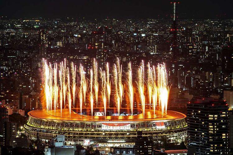 Parade kembang api memeriahkan pembukaan Olimpiade Tokyo 2020 di Stadion Nasional Jepang, Tokyo, Jepang, Jumat (23/7/2021). Pesta olahraga yang berlangsung hingga Minggu (8/8/2021) ini akan digelar tanpa penonton mengingat pandemi Covid-19 yang masih melanda Jepang.