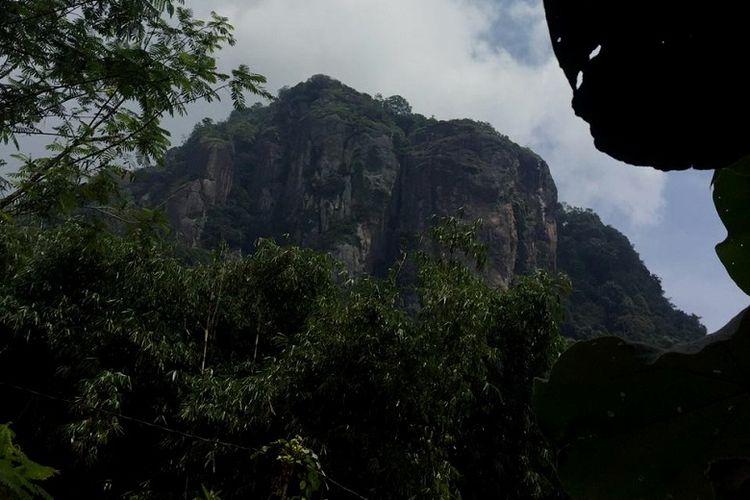 Pemandangan tebing Gunung Bongkok dilihat dari kaki tebing di Desa Sukamulya, Kecamatan Tegal Waru, Kabupaten Purwakarta, Jawa Barat, Minggu (14/4/2019). Gunung Bongkok merupakan salah satu titik wisata panjat tebing di Jawa Barat.