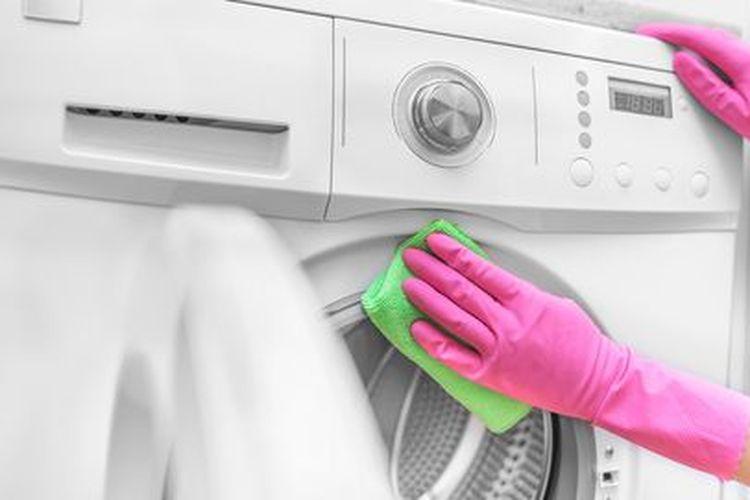 Membersihkan mesin cuci.